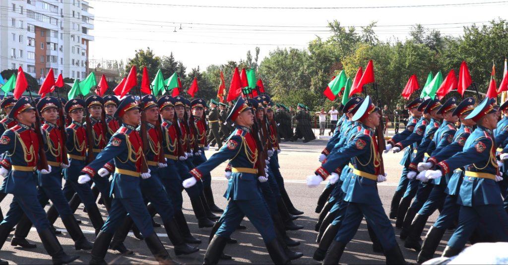 Soldati della Transnistria marciano in occasione dei festeggiamenti per l'anniversario dell'indipendenza del paese.