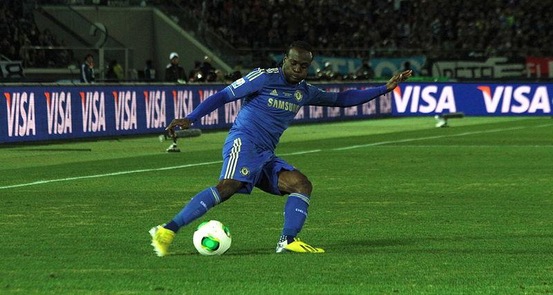 Victor Moses in azione con la maglia del Chelsea