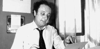 Beppe Viola con la macchina da scrivere