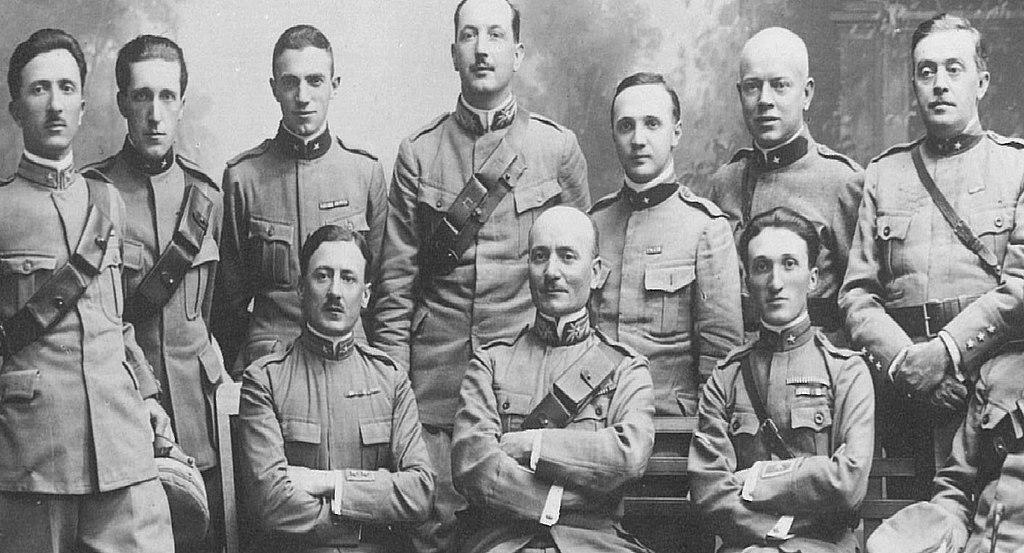 Cosma Manera (al centro, seduto) e gli ufficiali della Legione Redenta