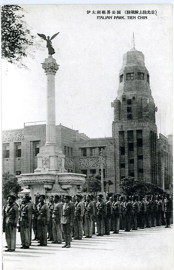 Soldati italiani in piazza Regina Elena.